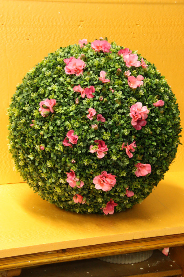 Шар из искусственного самшита с цветами